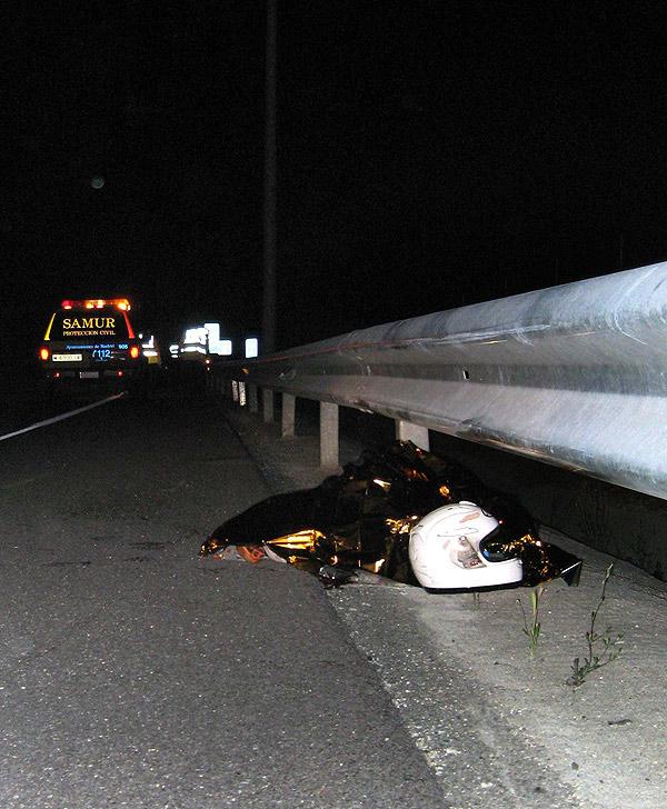 Muere un motorista contra un quitamiedo