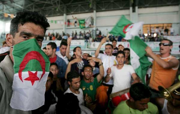 Asistentes a un mitin en Argelia.