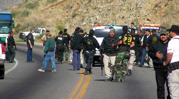 Decenas de elementos de la Policía Judicial del Estado de Sonora instalan un retén
