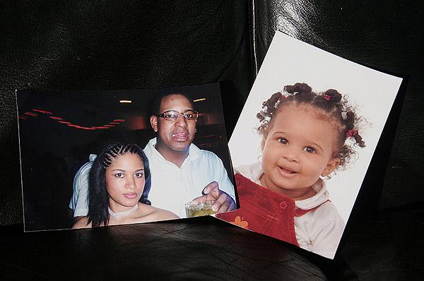 Los padres, Andy y Elena, junto a su hija Keila, de 18 meses.