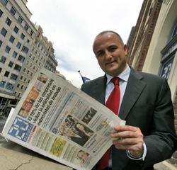 Miguel Sebastián, en los balcones de la redacción de 20 minutos con el ejemplar del día.