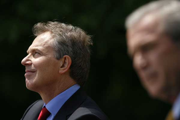 Tony Blair, junto a George Bush, compareciendo ante la prensa.