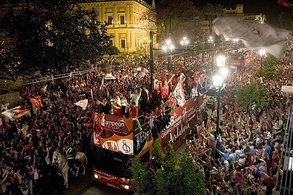 Llegada triunfal del Sevilla a casa