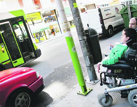 Ir por Vigo en una silla de ruedas es misión imposible