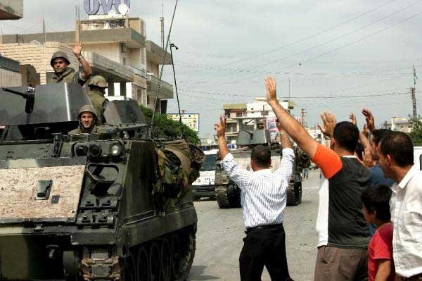 Un contingente de soldados del ejército libanés es saludado por ciudadanos a la entrada del campo de refugiados de Nahr el Bared