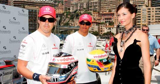 Alonso y Hamilton posan con sus cascos de diamantes. (Efe)
