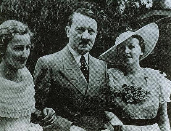 Hitler en 1930 junto a Winifred Wagner, directora del festival de Bayreuth, en una imagen oficial. (delpla.org)