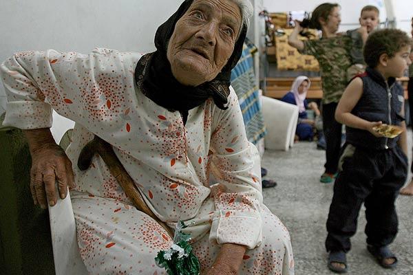 Los refugiados esperan al reparto de comida