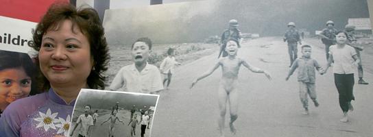 Kim Phuc muestra la famosa fotografia de la guerra de Vietnam. (Borja de la Lama / EFE)