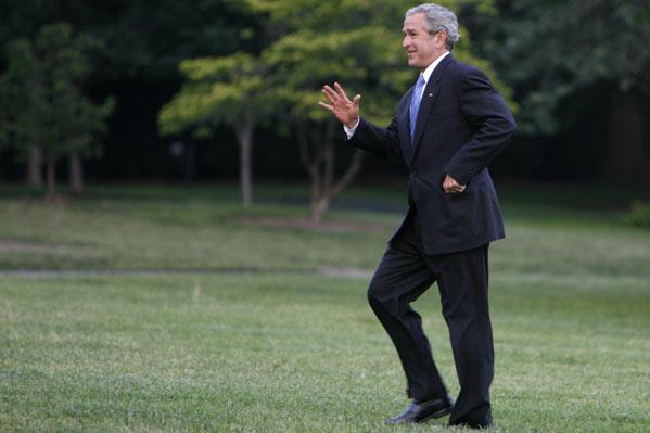 Bush en los jardines de la Casa Blanca (REUTERS)