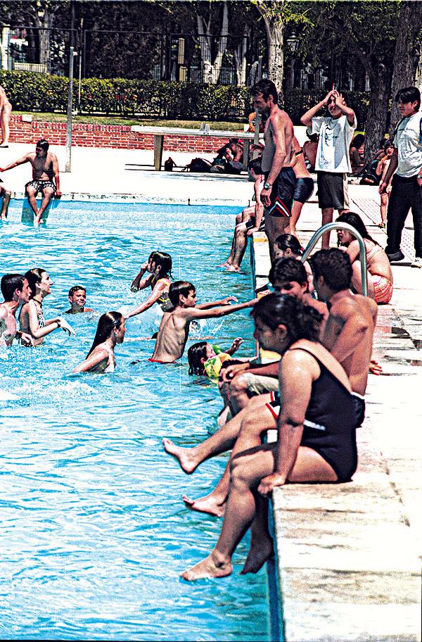 Las piscinas de verano comienzan a abrir ma ana for Piscinas verano madrid