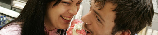 Dos jóvenes disfrutan de un helado en pleno centro de Madrid