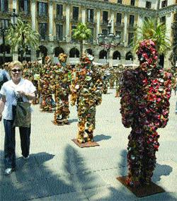 Un ejército 'invade' la plaza Reial con figuras de basura
