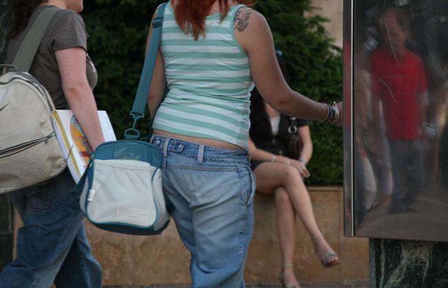 Dos chicas, a la salida de un instituto ayer en Zaragoza