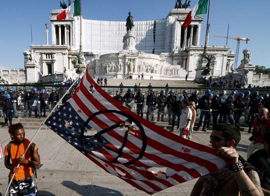Manifestantes en Roma protestando por la visita de Bush.