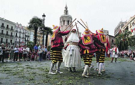 Miles de flores toman el centro en la procesión del Corpus