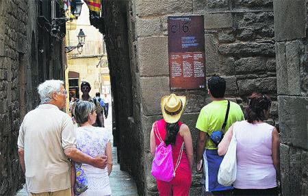 Las señales entre calles estrechas explican en tres idiomas la historia del barrio judío (Eros Albarrán).