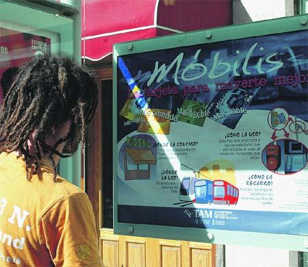 Los usuarios sólo encuentran en las marquesinas los anuncios de la tarjeta Móbilis. (Rafa Molina)