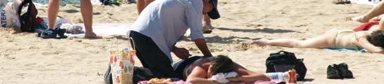 Masajistas en las playas de Alicante. (Francisco González)