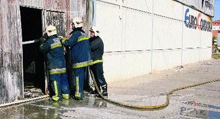 Intoxicados tres bomberos por un fuego en una nave industrial