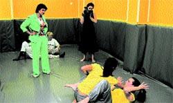 Dos monitoras ensayan ante dos alumnas en presencia de la consellera Alicia de Miguel.