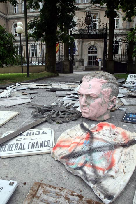 Los símbolos franquistas aparecieron de esta manera en la entrada de la sede del Gobierno gallego