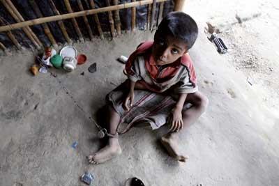 Shomvu Sharkar, encadenado en su casa de la India