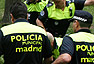 Los policías tratan de rodear al jabalí