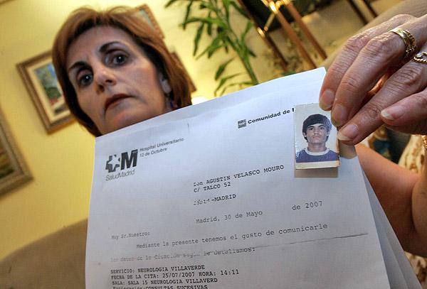 Antonia Velasco, ayer, con una foto de su hermano fallecido.