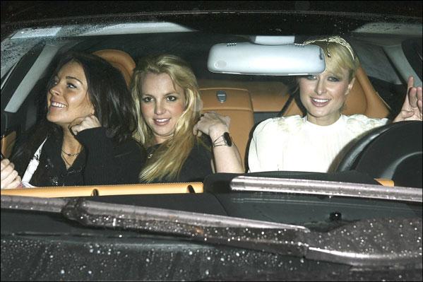 Britney Spears, Lindsay Lohan y Paris Hilton dentro de un coche en una de sus noches locas en Los Ángeles.