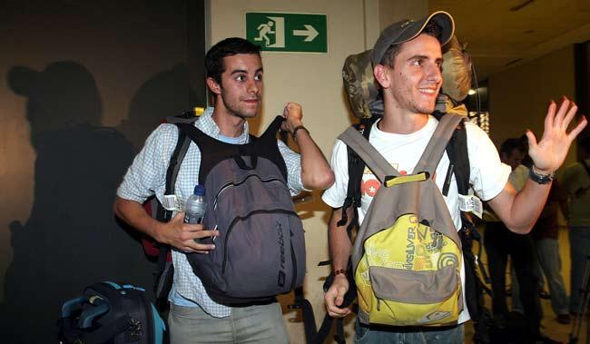 Los dos jóvenes españoles, al llegar a España