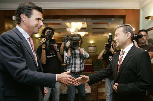 Los candidatos a la presidencia del Gobierno de Canarias por Coalición Canaria y Partido Popular, Paulino Rivero (d) y José Manuel Soria (i)