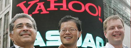 Los cofundadores de Yahoo! Jerry Yang (c.) and David Filo (dcha.) posan con el presidente ejecutivo Terry Semel en una foto de archivo. (REUTERS).