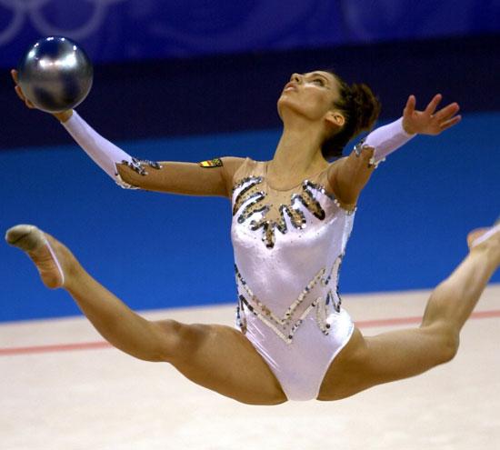 La gimnasta Almudena Cid, durante un ejercicio de pelota