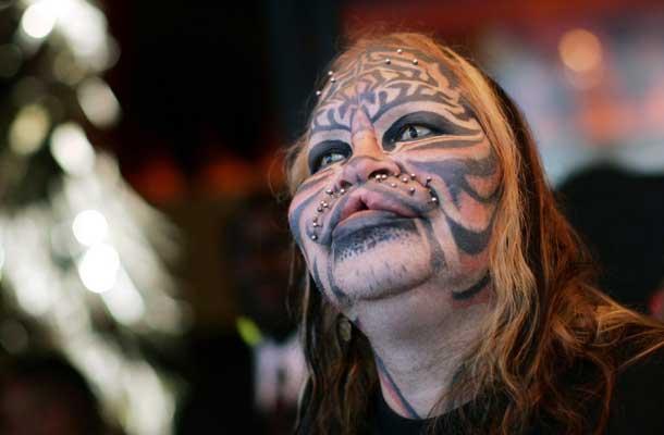 foto tatuaje cuerpo dama. Las modificaciones incluyen extensos tatuajes, implantes transdermicos para