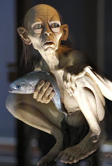 220607 Gollum en Galicia. La Tierra Media, en Santiago. Una estatua del Gollum, parte de la exposición sobre la trilogía de El Señor de los Anillos en la Fundación Caixa Galicia en la capital gallega.