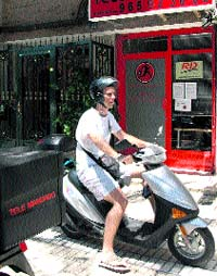 Los chicos de Telemandado recorren en moto la ciudad. (R. Molina)
