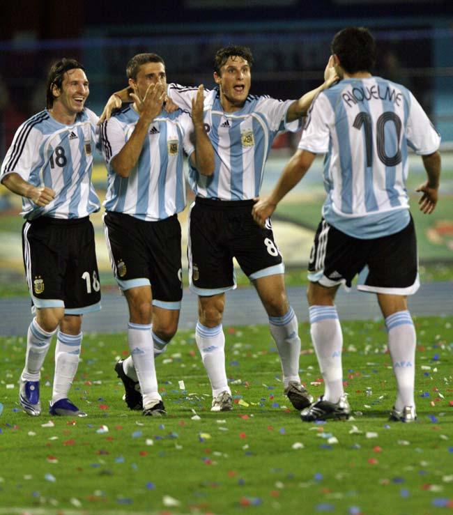 Lionel Messi, Hernán Crespo, Javier Zanetti y Juan Román Riquelme celebran el segundo gol transformado por Crespo