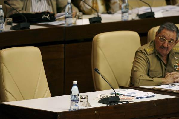 Raul Castro mira la silla vacía de su hermano Fidel (Reuters)