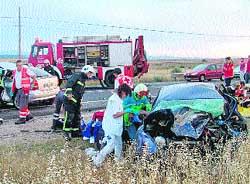Tres jóvenes mueren y cinco resultan heridos al chocar de frente 2 coches