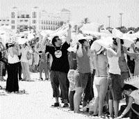 Mosaico solidario en la arena