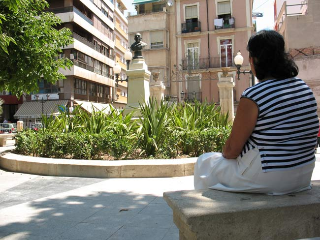 La afectada, en la plaza Calvo Sotelo de Alicante