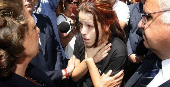 Rita Barberá atiende a una joven, familiar de una de las víctimas