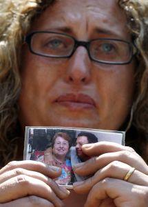 Familiar de víctima del metro llora con la foto de sus allegados