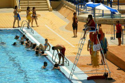Se buscan socorristas para piscinas y especialistas en revestimientos de fachadas - Socorrista de piscina ...