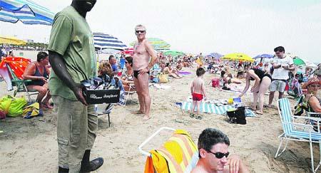 Multan con hasta 3.000 € por vender en las playas