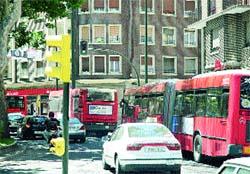 Obras y recortes estivales atascan los buses urbanos