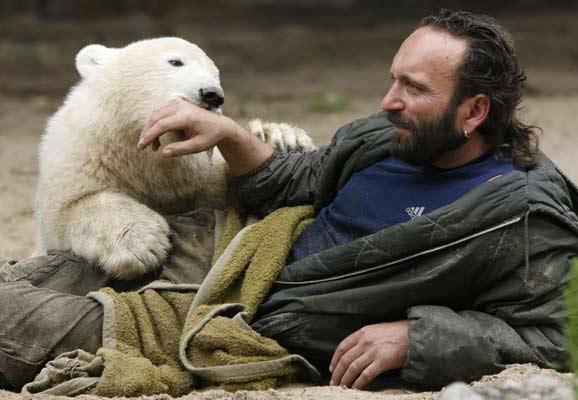 Knut juega con su cuidador
