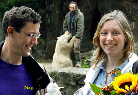 Knut, su cuidador y la pareja afortunada