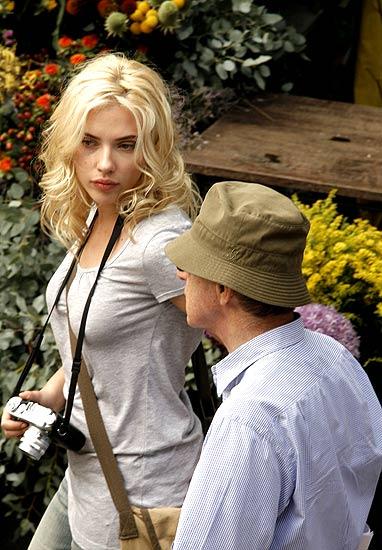 Scarlett Johansson junto a Woody Allen en las Ramblas de Barcelona